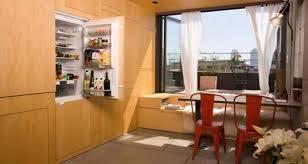 如果需要冰凍飲品的話,按廚房旁的櫃一下,雪櫃就隨之而打開。(圖片來源:互聯網)