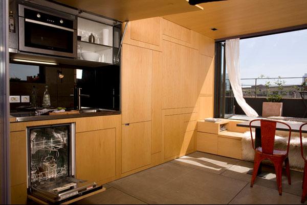 廚房是收藏在上最大型的櫃內,需要時只需一櫃門,整個廚房便會自行打開。(圖片來源:互聯網)