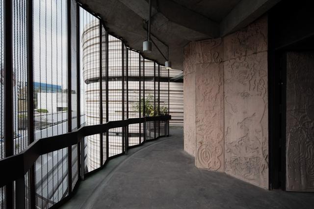 大樓採用落地玻璃,探光度十足。(圖片來源:互聯網)