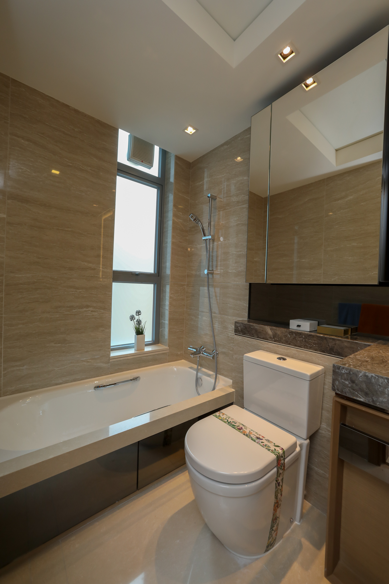 浴室備有窗戶,更設有三件頭浴室配備,設備齊全。