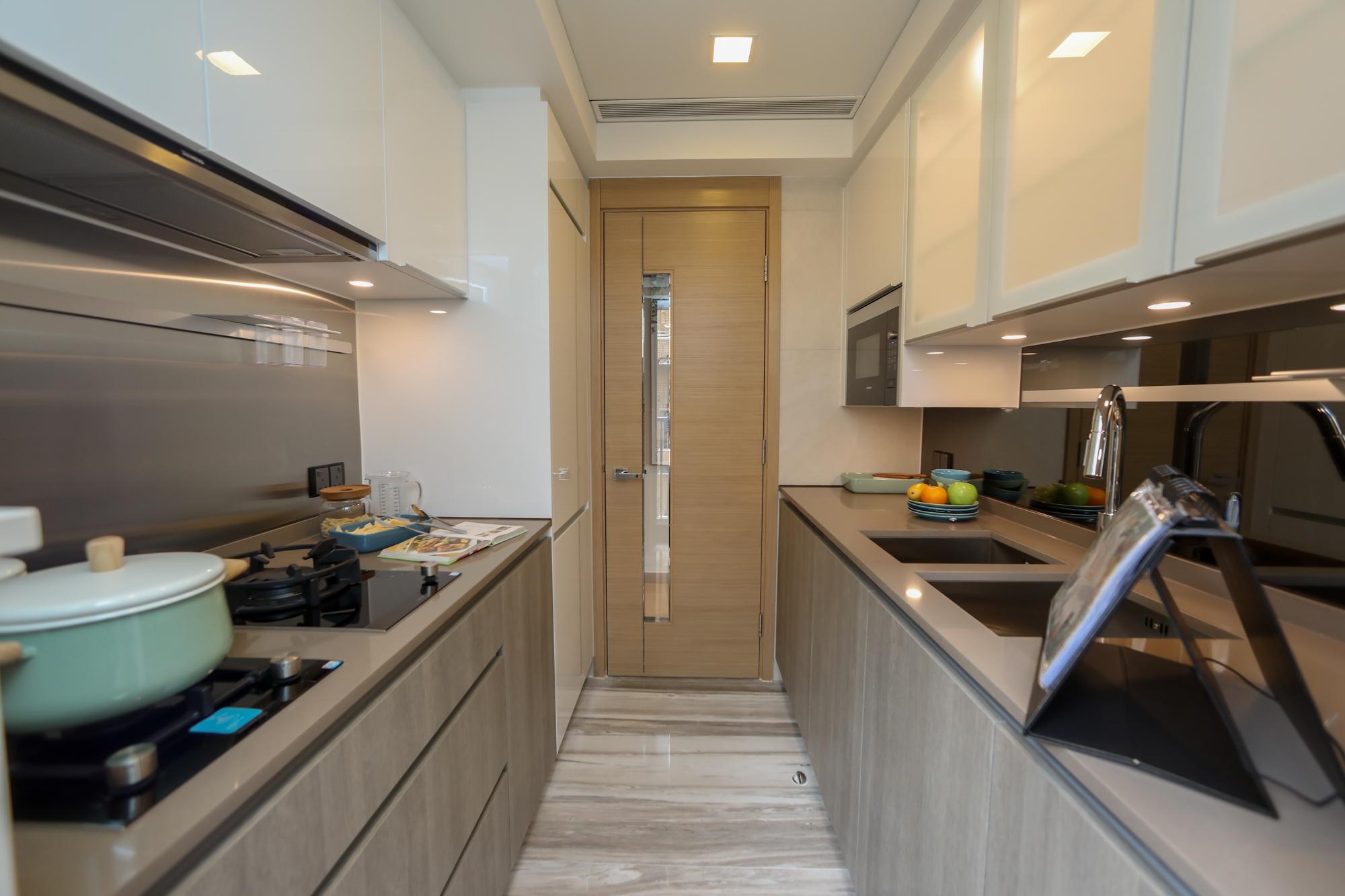 廚房配備完善,包括煤氣煮食爐、抽油煙機及微波爐。